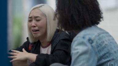Tina chorando e sendo consolada por Helen, em Malhação