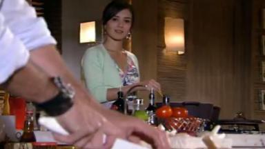 Manu observa Gabriel cortar cebola enquanto pensa em Rodrigo