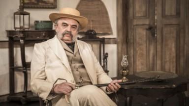 José Dumont como o Coronel Eudoro na novela Nos Tempos do Imperador, em exibição na Globo