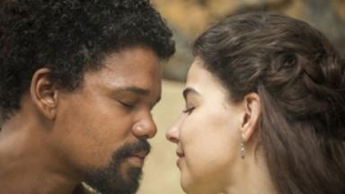 Cena de Nos Tempos do Imperador com Pilar e Samuel quase se beijando