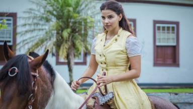 Cena de Nos Tempos do Imperador com Pilar em cima de um cavalo