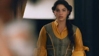 Cena de Nos Tempos do Imperador com Pilar olhando assustada
