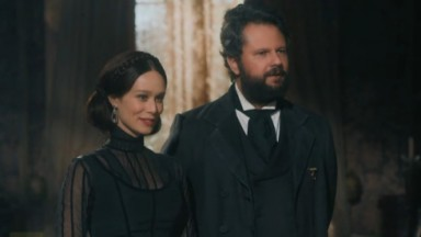 Cena de Nos Tempos do Imperador com Pedro e Luisa lado a lado