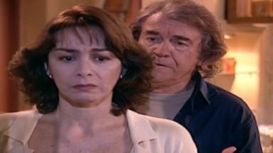 Edna e Albieri conversando em cena de O Clone