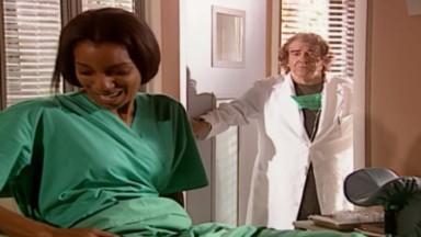 Deusa e Albieri durante inseminação em cena de O Clone