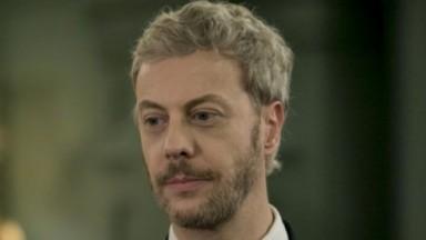 Douglas (Guilherme Weber) em cena da novela Pega Pega