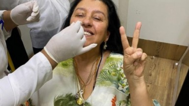 Regina Casé durante exame PCR na Globo