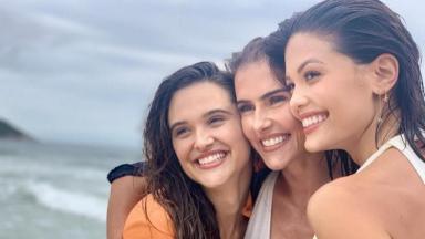 Protagonistas de Salve-se Quem Puder posam para foto sorrindo e abraçadas