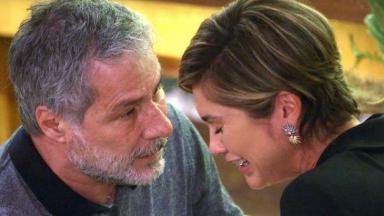 Cena de Salve-se Quem Puder com Hugo olhando e consolando Helena, que chora