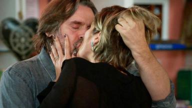 Cena de Salve-se Quem Puder com Mário e Helena se beijando