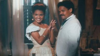 Zayla sorri, radiante, com anel durante noivado com Samuel