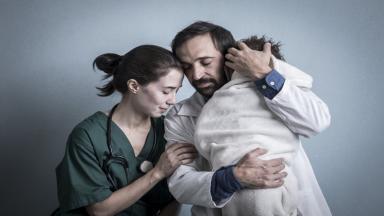 Carolina (Marjorie Estiano) e Evandro (Julio Andrade)  abraçados com o menino Francisco em cena de Sob Pressão