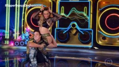 Paolla Oliveira nas costas do parceiro durante apresentação da Super Dança dos Famosos