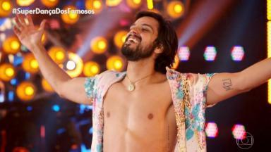 Rodrigo Simas comemorando a dança na Super Dança dos Famosos