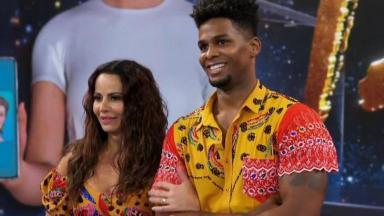 Cena da Super Dança dos Famosos com Viviane Araújo e o ex-parceiro, durante a competição