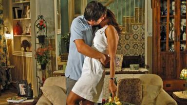 Ariclenes dá beijo apaixonado em Marta