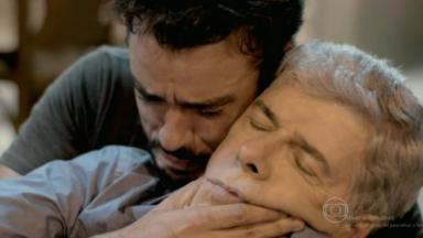 Enrico abraçando o pai ensanguentado