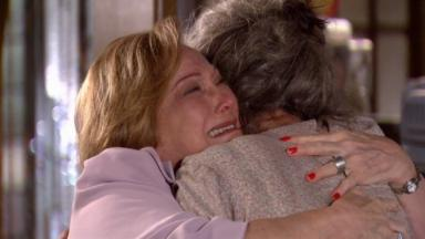 Júlia e Cecília se abraçando