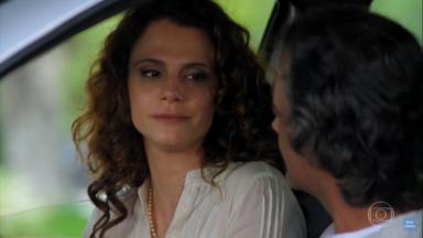 Dora e Marcos conversando no carro