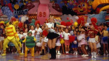 Xuxa apresentando e dançando no Xou da Xuxa na Globo