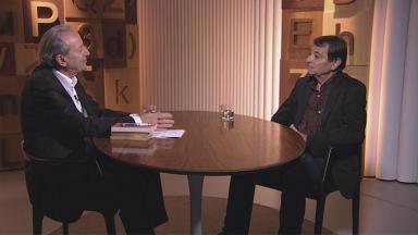 Mario Sergio Conti na bancada do seu programa da GloboNews entrevistando o ativista italiano Cesare Battisti