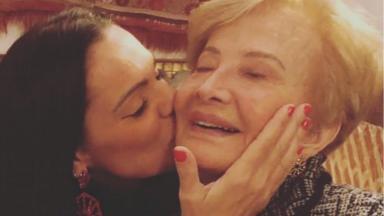 Glória Menezes recebe beijo da nora, Mocita Fagundes, em sua nova casa