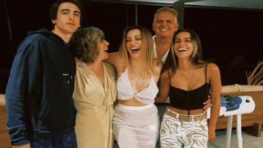 Gloria Pires com os filhos e marido