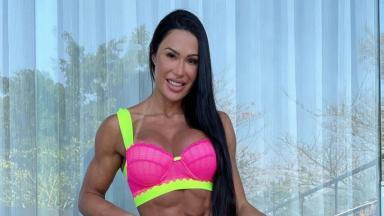 Gracyanne Barbosa sorrindo de lingerie rosa