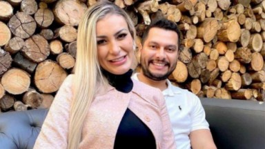 Andressa Urach sentada posada ao lado de marido