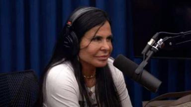 Gretchen durante programa, diante do microfone, com fone de ouvido