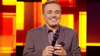 Gugu Liberato sorrindo no palco do Canta Comigo