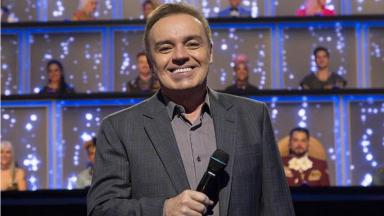 Gugu Liberato no palco do talent show Canta Comigo, seu último trabalho na TV