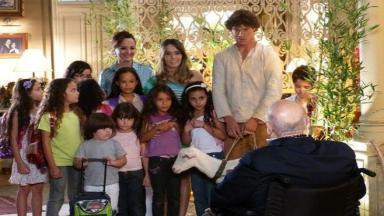 Guiomar com Candinho e as crianças da ONG surpreendem Dionísio