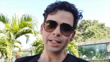Gustavo Mendes de óculos escuros