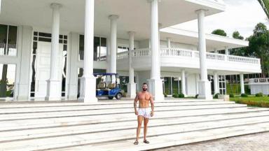 Gusttavo Lima na frente da sua mansão