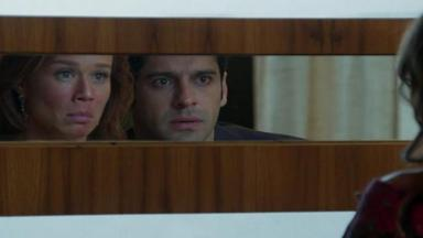 Tancinha e Beto se olham no espelho da cabeceira da cama