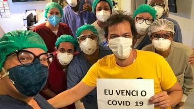 Curado da Covid-19, Heitor Martinez posa com equipe de clínica do Rio de Janeiro