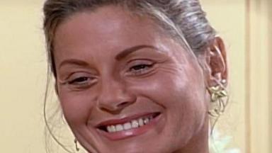 Helena sorrindo para Yvete