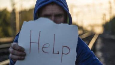 Homem pedindo ajuda