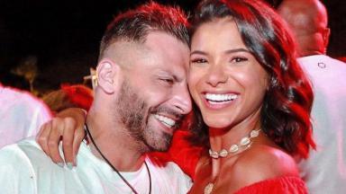 Henri Castelli abraçado à ex-namorada Jakelyne Oliveira; namoro durou pouco mais de quatro meses