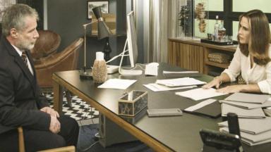 Hugo e Dominique conversam no escritório da advogada