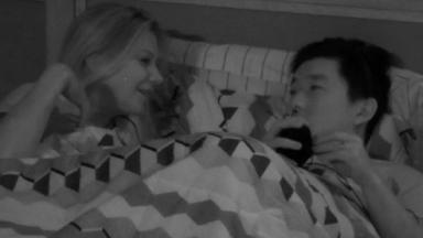 Pyong Lee e Antonella na cama em Ilha Record