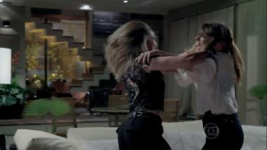 Danielle e Amanda brigando na sala