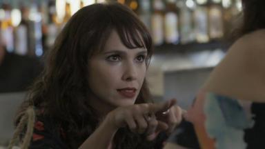 Com expressão de psicopata, Irene sinaliza com os dedos que Mira deve ficar na cola de Eugênio
