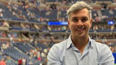 Ivan Moré em estádio sorrindo