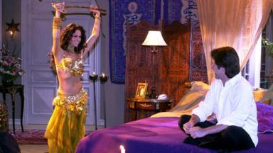Jade dança para um dos personagens de Murilo Benício em O Clone