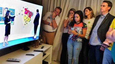 Jair Bolsonaro acompanha apuração das urnas pela Record TV