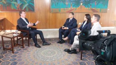 Jair Bolsonaro dando entrevista para Carlos Nascimento, Débora Bergamasco e Thiago Nolasco