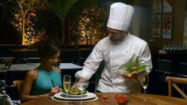 Clara será servida por Vicente em restaurante