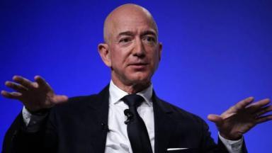 Jeff Bezos gesticulando